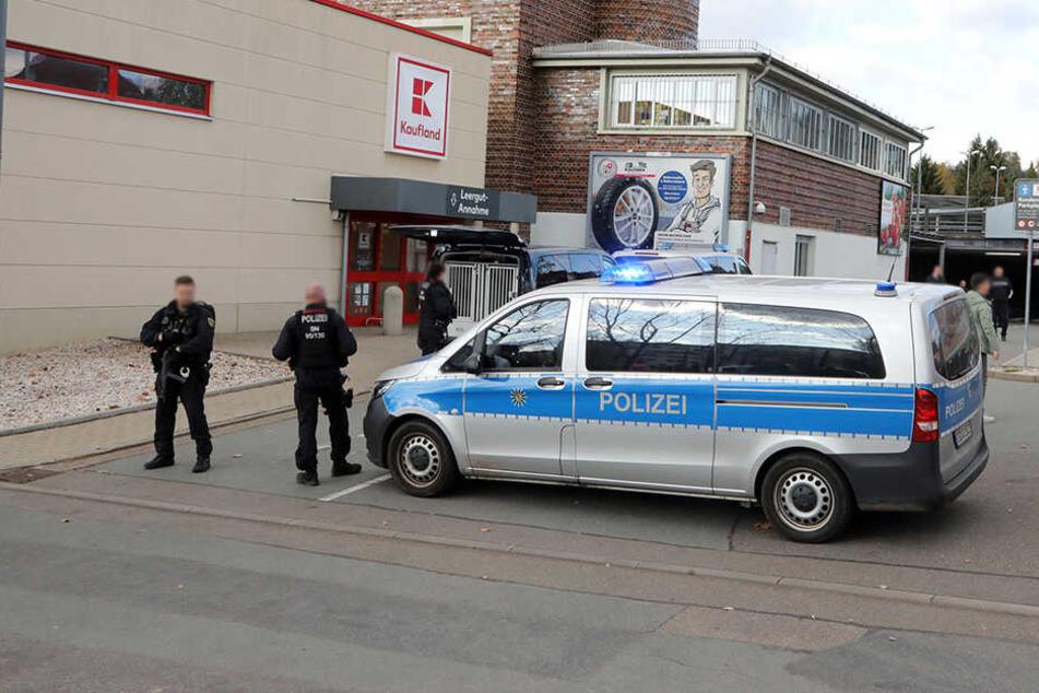 Bombendrohung gegen das Kaufland in Hohenstein-Ernstthal! Die Polizei ist schwer bewaffnet vor Ort.
