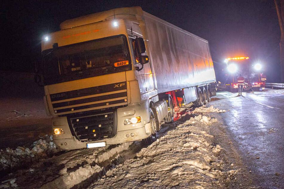 Der Lkw war von der B95 in den Tiefschnee gerutscht.