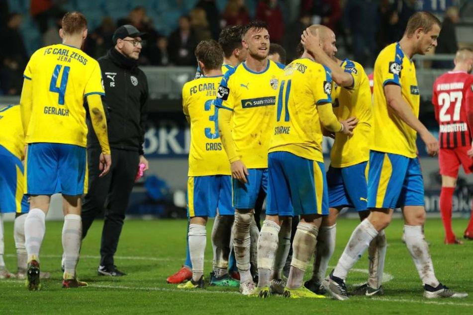 Pure Erleichterung bei den Spielern des FC Carl Zeiss Jena nach dem Spiel.