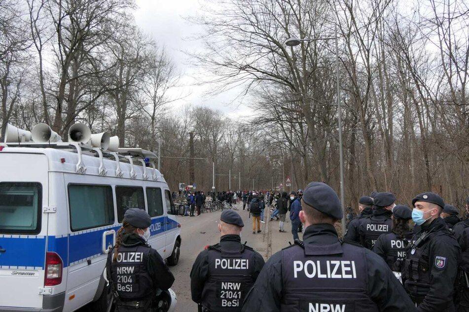 Die Polizei in der Waldstraße bat die Demonstranten, die Straße zu räumen.