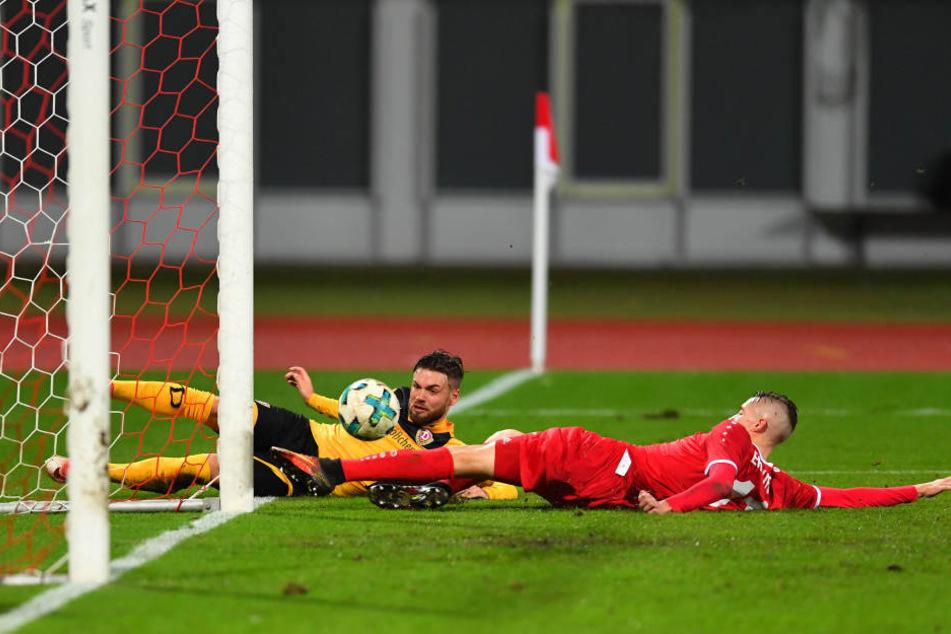 Dieses Ding wollte einfach nicht rein! Niklas Kreuzer (l.) rutscht am Pfosten vorbei,  trifft den Ball noch, aber der trudelt an der Torlinie entlang...