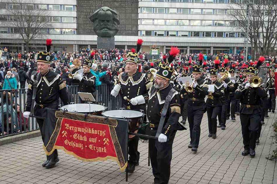 1086 Musiker, Uniformträger und Sänger marschierten bei der Bergparade durch Chemnitz.