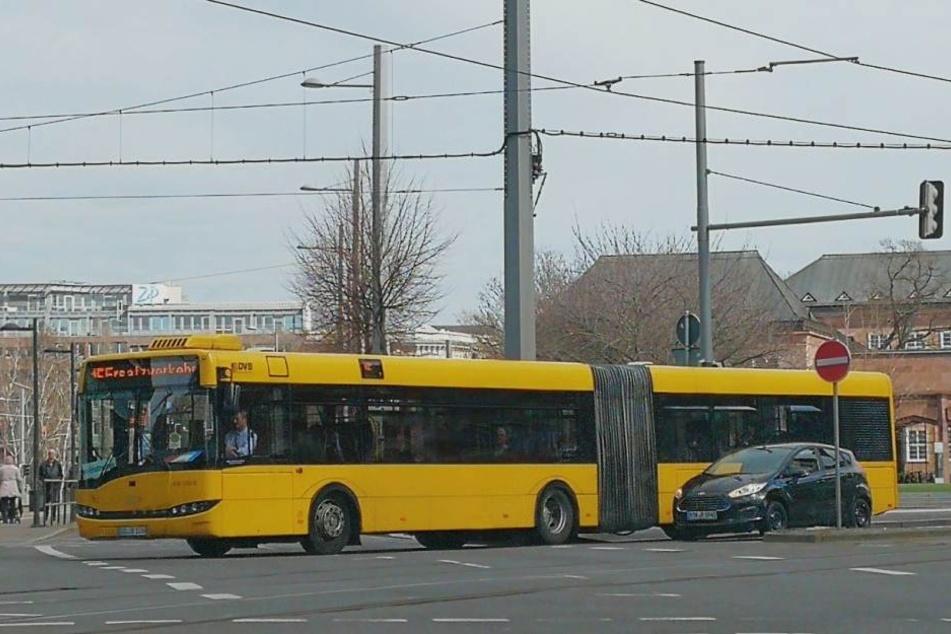 Ungewohntes Bild: Ein Bus der Dresdner Verkehrsbetriebe (DVB) fährt über den Johannisplatz zum Augustusplatz. Vier solcher Fahrzeuge sind derzeit im Leipziger Osten unterwegs.