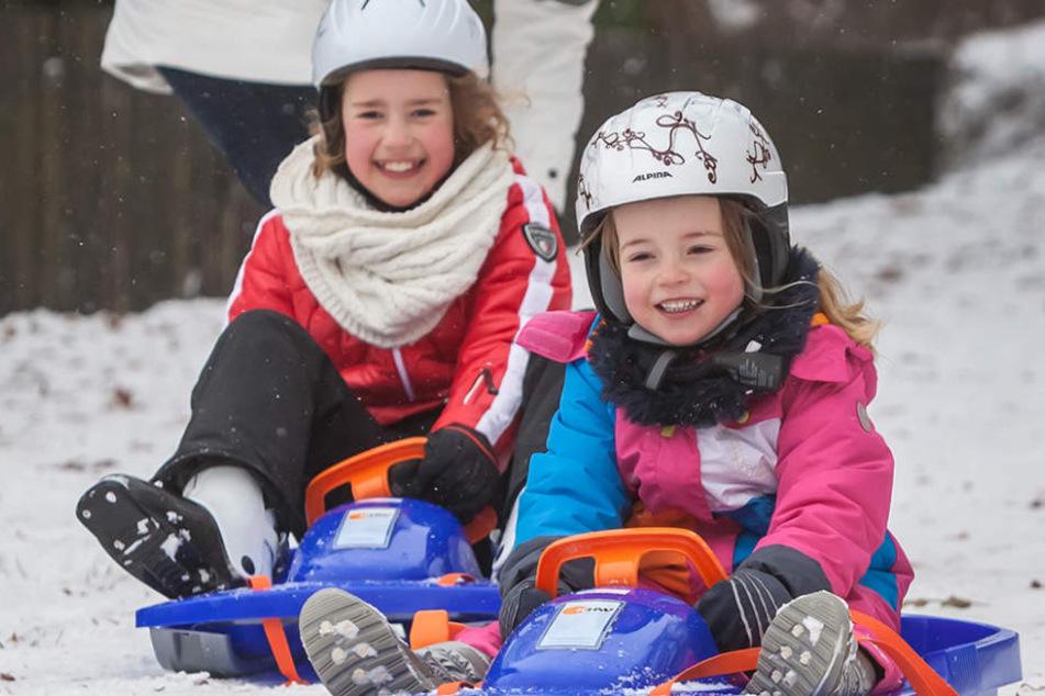 Endlich Schnee! Florentine (5, r.) und Carla (9) können in Augustusburg rodeln.