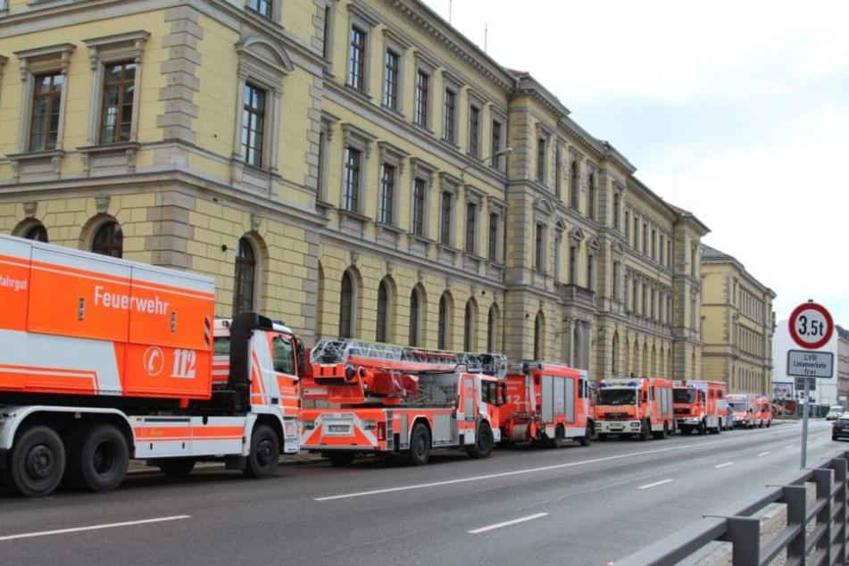 Die Feuerwehr rückte mit einem Großaufgebot ans Leipziger Landgericht aus.