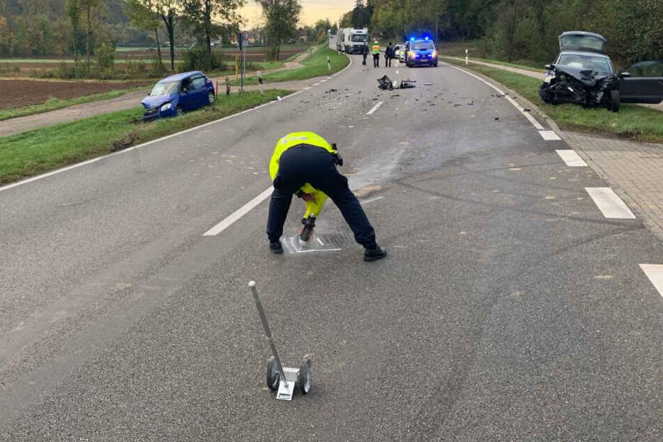 Auto will mitten auf Bundesstraße wenden und kracht frontal in Wagen
