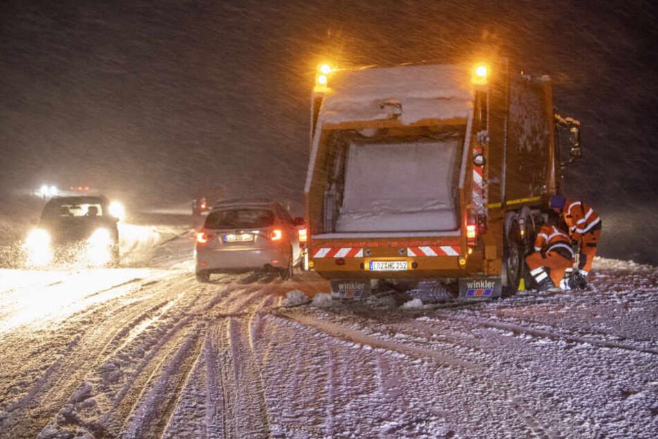Im Erzgebirge sorgte der schnelle Wintereinbruch für Chaos auf den Straßen.