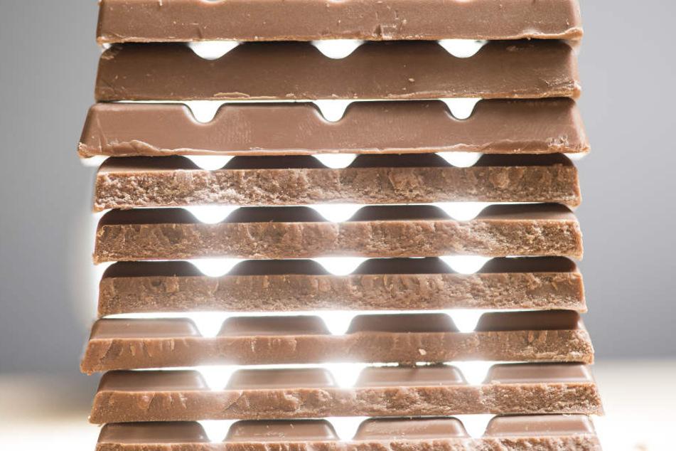 Insgesamt 13.400 Tafeln Schokolade erbeuteten die Täter. (Symbolbild)