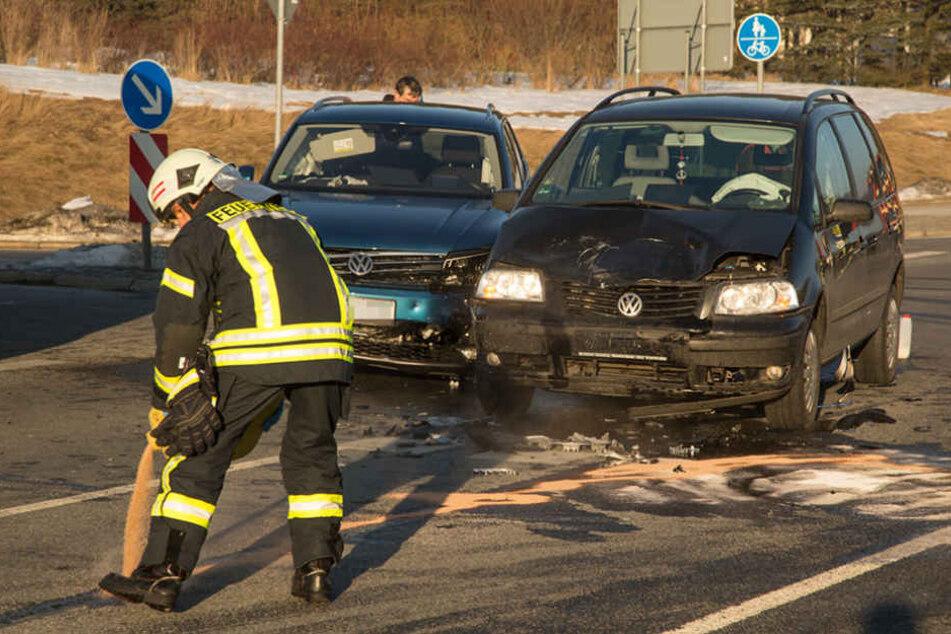 Die Feuerwehr musste austretende Betriebsstoff binden.