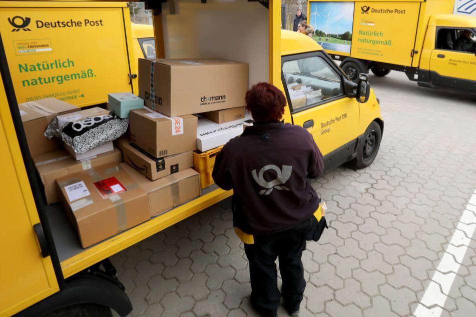 Eine Postbotin bei der Arbeit.
