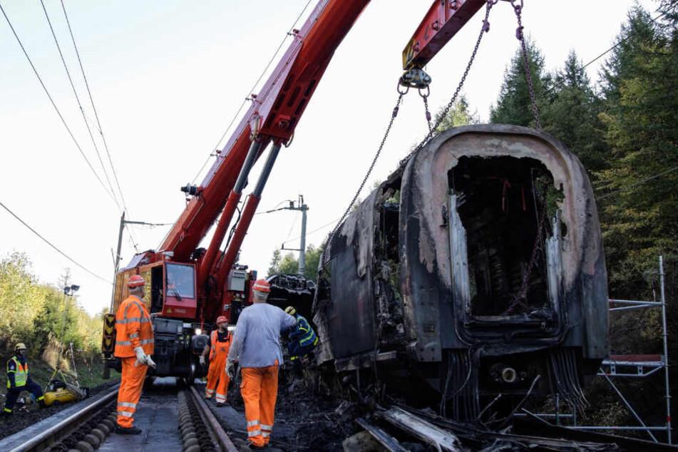 Ein Kran und ein Gerätewagen stehen für den Abtransport des betroffenen Zuges bereit.