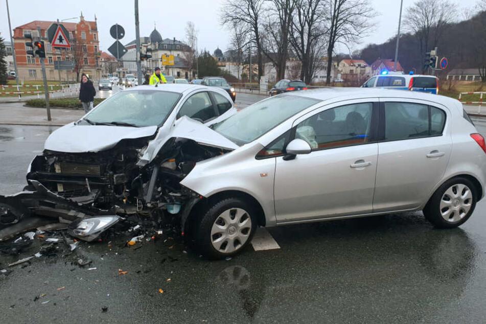 Kreuzungs-Crash in Freital: Vier Personen verletzt