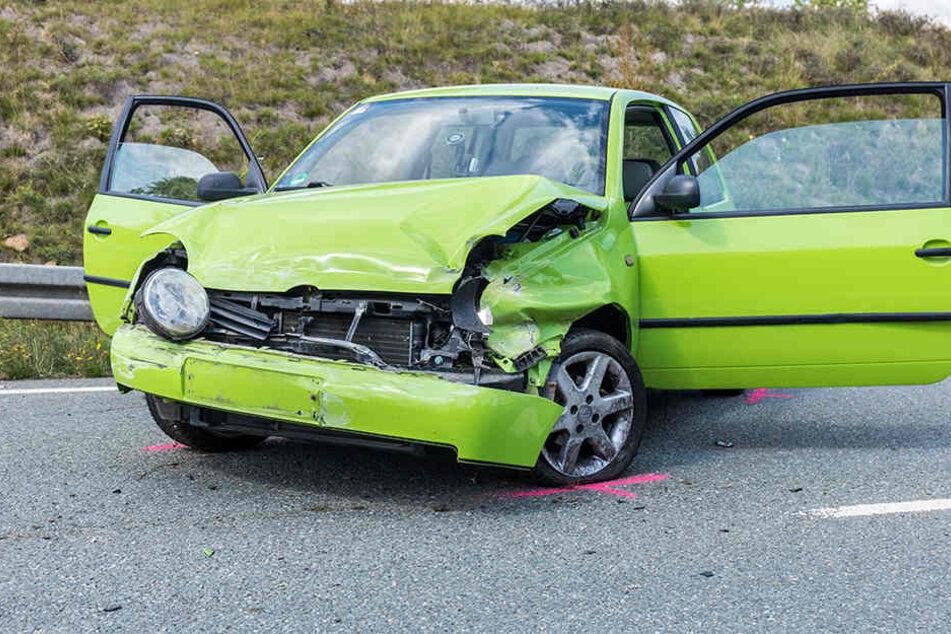 Der VW war auf der B174 ins Schleudern geraten und erst auf der Gegenfahrbahn zum Stehen gekommen.