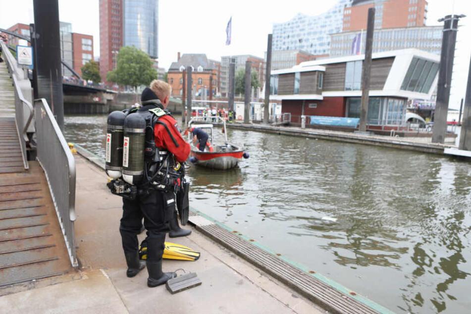 Ein Taucher wartet an der Elbe auf seinen Einsatz.