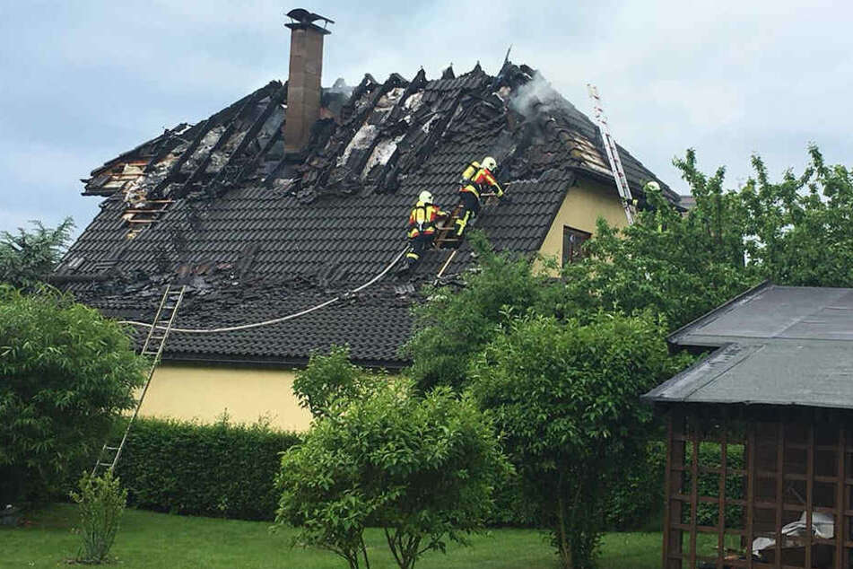 Mit Drehleitern kamen die Feuerwehrleute auf das Dach.