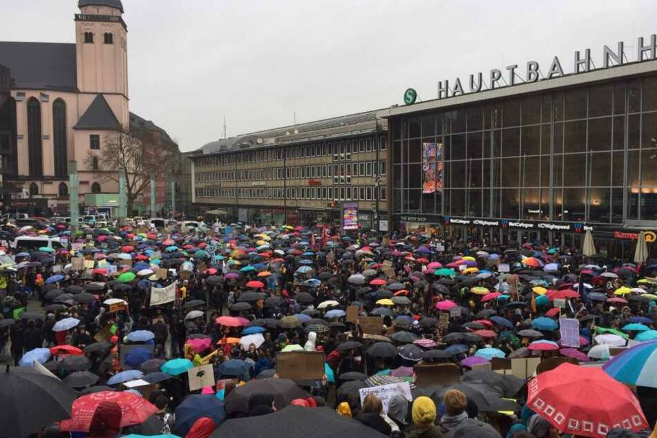 Hunderte Jugendliche versammelten sich am Freitag am Kölner Hauptbahnhof.
