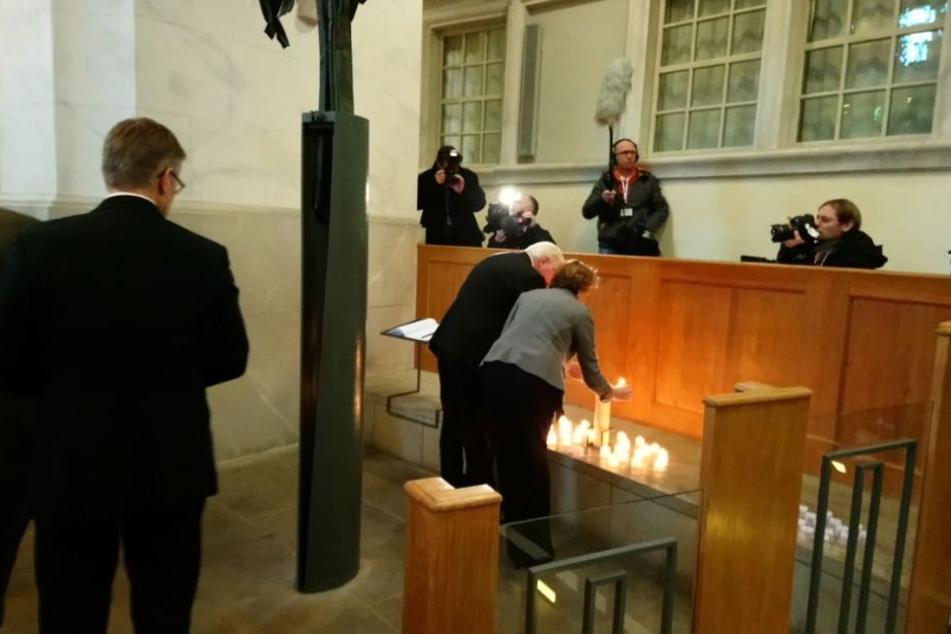 Bundespräsident Frank-Walter Steinmeier und seine Frau Elke zünden in der Frauenkirche eine Kerze an.