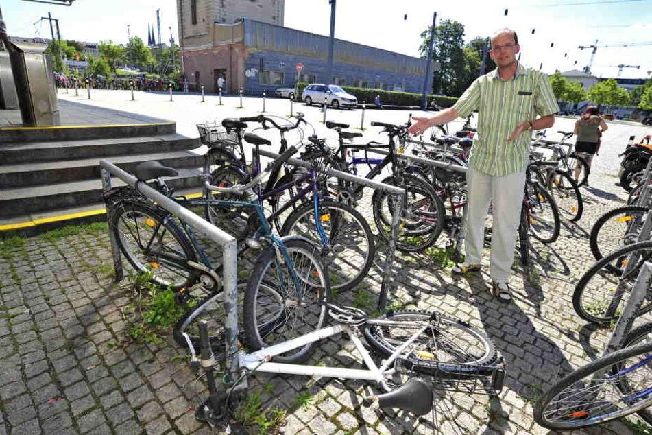Ralf Sonntag vom ADFC zeigt beschädigte Räder vor dem Hauptbahnhof.