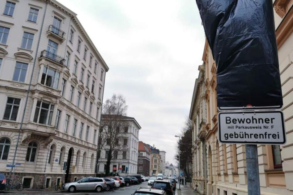 Um den Mietern und Eigentümern im Wohngebiet Waldstraßenviertel größere Parkmöglichkeiten zu geben, wurde ein Bewohnerparken eingeführt. Vom 30. Oktober auf den 1. Januar verschoben, sind noch immer viele Verkehrszeichen verdeckt.