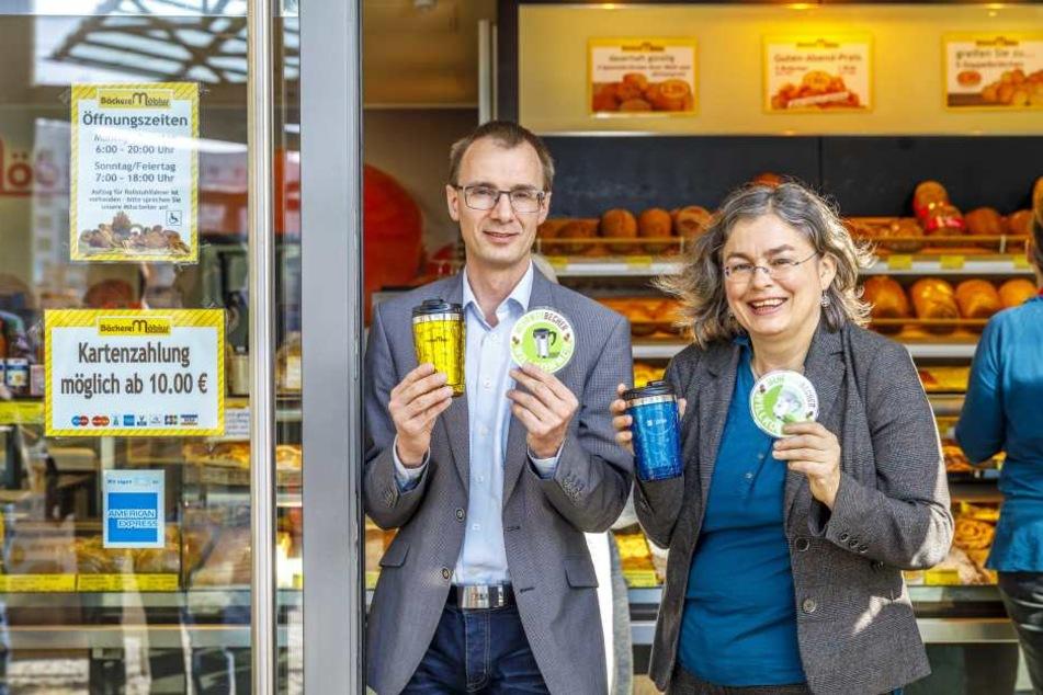 Umweltbürgermeisterin Eva Jähnigen (51, Grüne) und Mathias Möbius (52), Chef der Möbius-Bäckerei, zeigen die neuen Aufkleber.