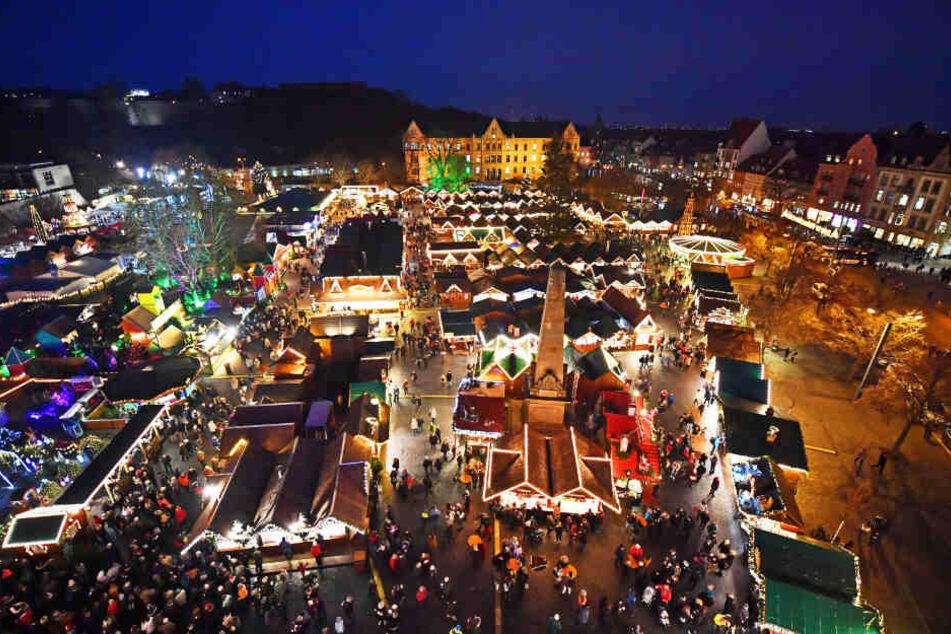 Tausende Lichter leuchten auf dem Erfurter Weihnachtsmarkt am Tage der Eröffnung im vergangenen Jahr.