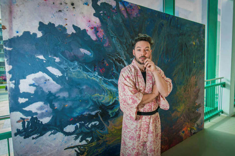 Der Australier Shannon Murphy (39) malt unter Wasser. Sechs seiner Kunstwerke sind derzeit im Tietz zu sehen.