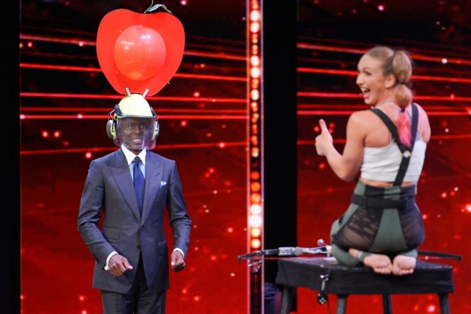 Bruce Darnell muss Sara Twister beim Supertalent helfen.