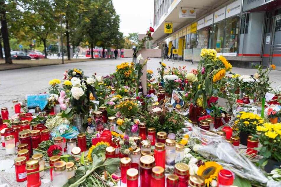 Blumen und Kerzen am Tatort in Chemnitz.