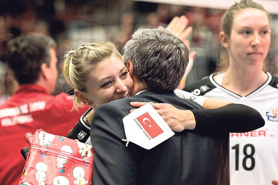 Rührende   Szene! Vorstands-Chef Jörg Dittrich umarmte Gina Mancuso zum Abschied.