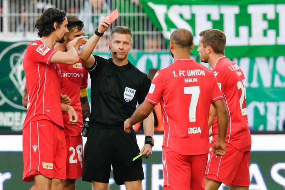 Tobias Welz zeigt Neven Subotiv die Rote Karte.