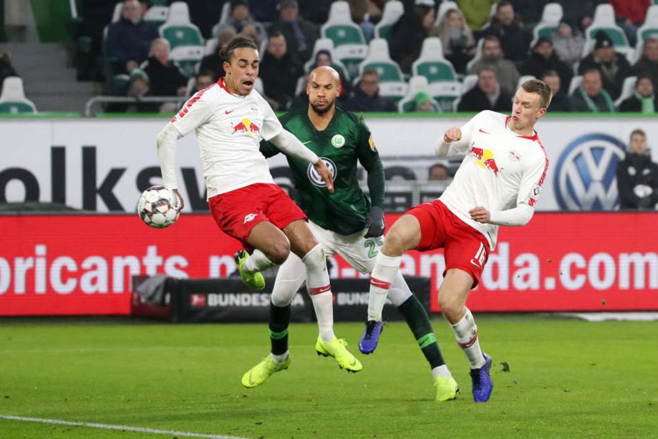 In einer munteren ersten Halbzeit konnten weder Gastgeber Wolfsburg noch die Leipziger in Führung gehen. Im Bild Yussuf Poulsen, John Anthony Brooks und Lukas Klostermann (v.l.n.r.)
