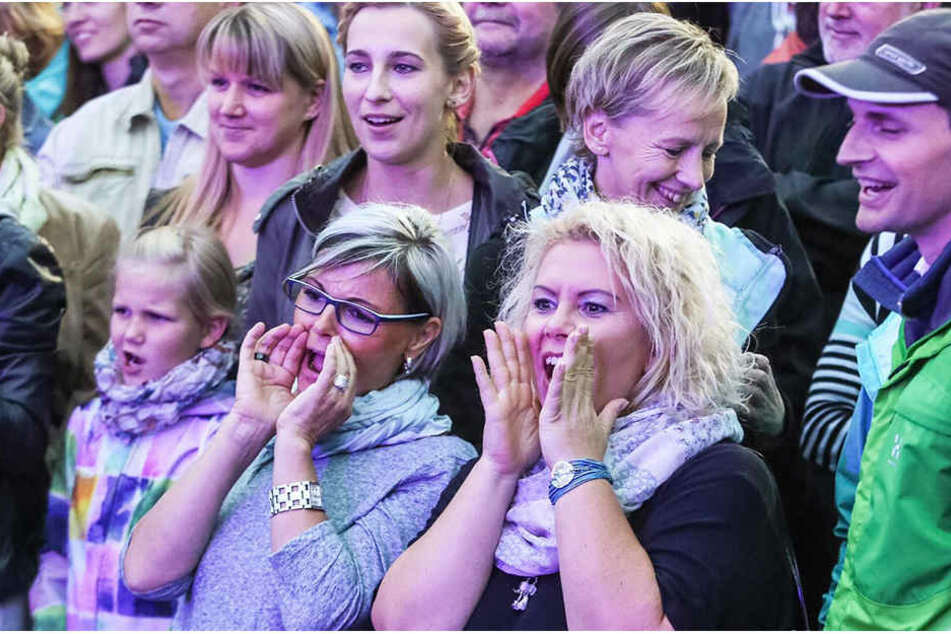 Der Konzertbeginn verzögerte sich - doch davon ließen sich die Fans nicht die Stimmung versauen.