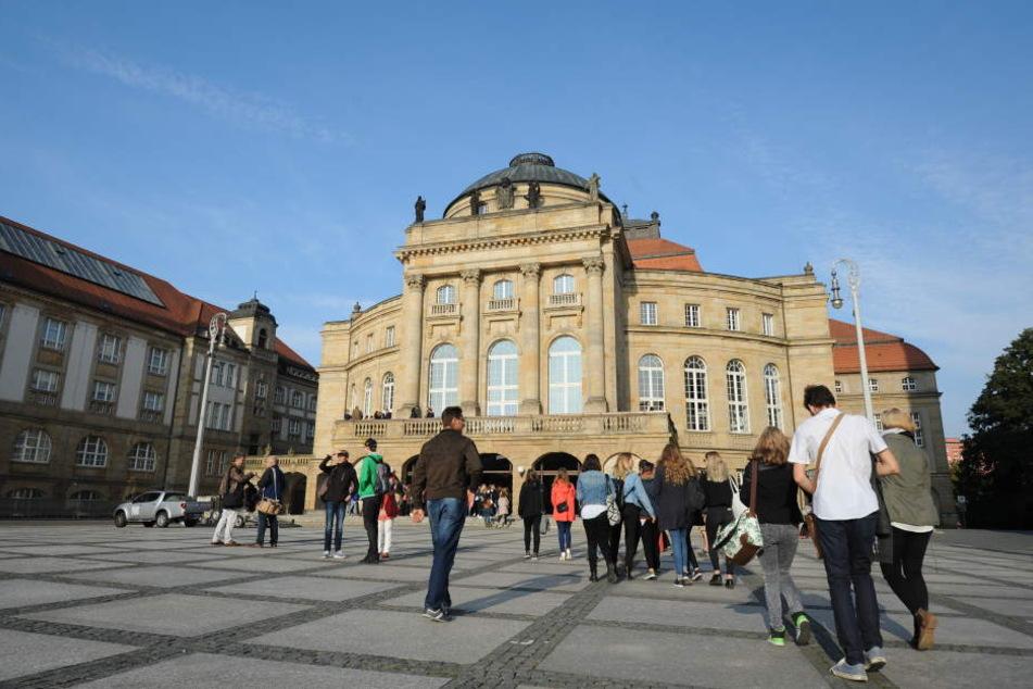 Die Besucher auf dem Weg ins Opernhaus zur Eröffnung des Filmfestivals.