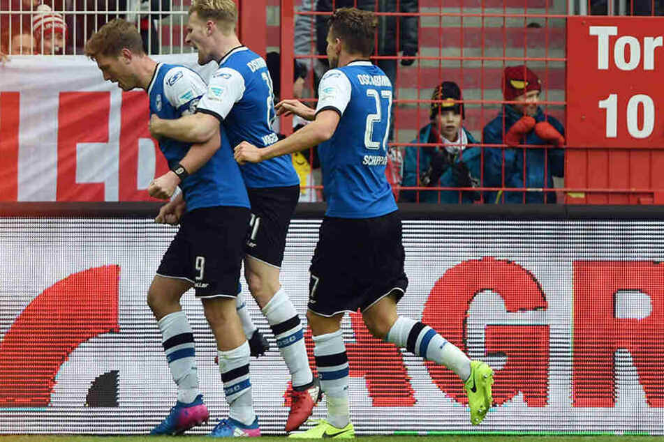 Zwischenzeitlich durften der Torschütze Fabian Klos (li.) und seine Kollegen das 1:1-Unentschieden feiern.