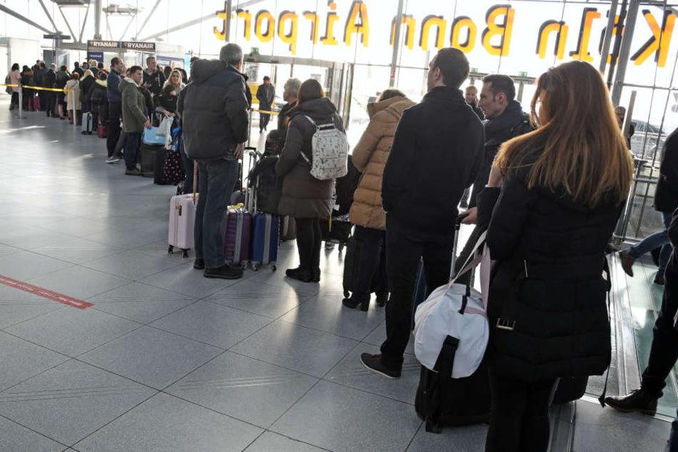 Wartende Fluggäste am Flughafen Köln/Bonn.