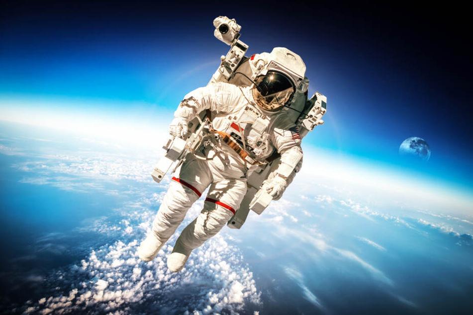 Ein Astronaut schwebt durch das Weltall (Symbolbild).