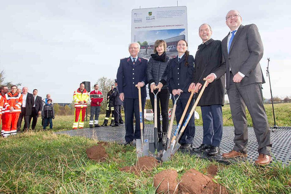 Beim ersten Spatenstich für das neue Feuerwehr-Übungszentrum waren auch Oberbürgermeisterin Barbara Ludwig (2.v.l.) und Innenminister Markus Ulbig (2.v.r.) dabei.