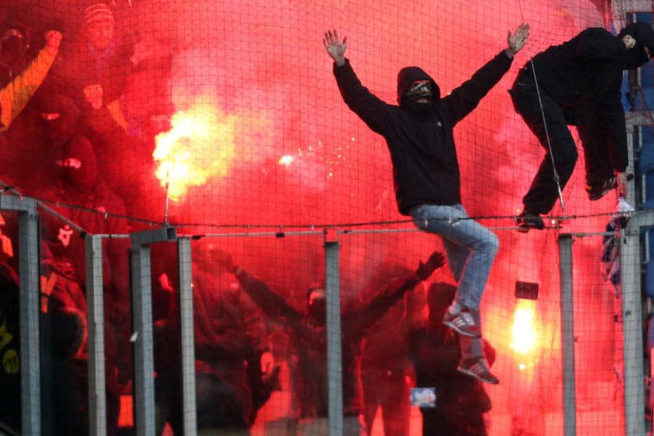 Dort könnten sie auf englische oder russische Hooligans treffen und sich Straßenschlachten liefern.