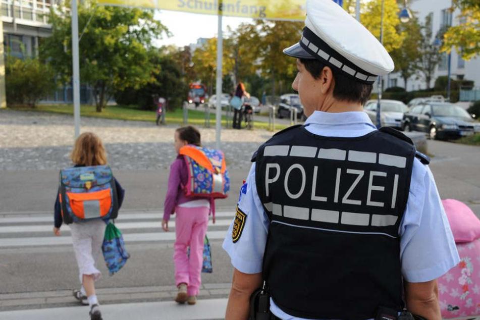 Der Mann attackierte das kleine Mädchen grundlos auf ihrem Heimweg von der Schule. (Symbolbild)
