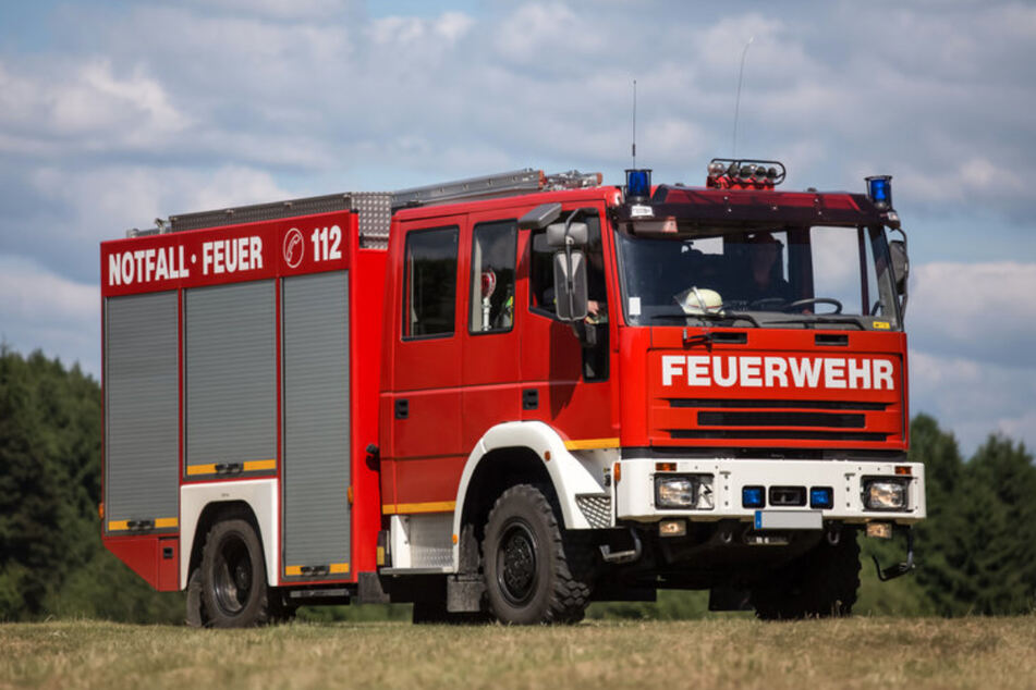 Die Feuerwehr kümmerte sich mit einem Großaufgebot um die Flammen und löschte den Brand. (Symbolfoto)