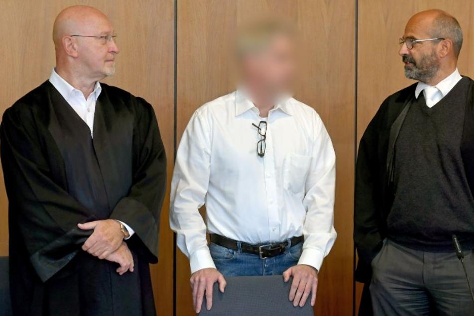 Die Verteidigern Matthias Doehring (l.) und Christoph Hessel (r.) unterstützen den angeklagten Handwerksmeister.