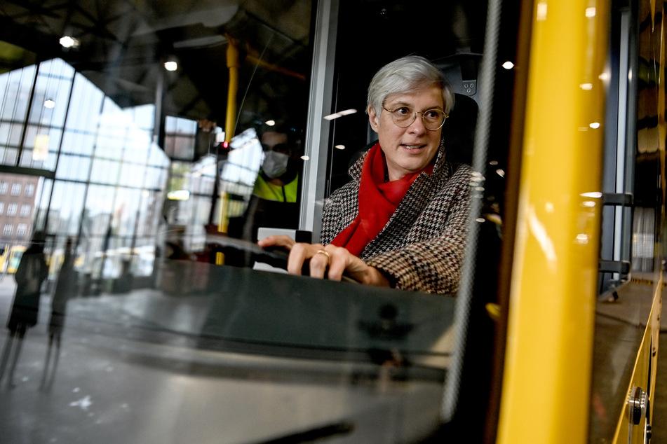 Jeden Tag haben sie Kontakt zu Hunderten Fahrgästen - doch das Infektionsrisiko für Beschäftigte im öffentlichen Nahverkehr erscheint gering.