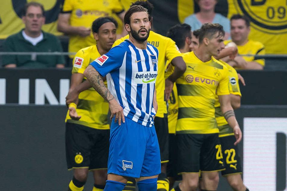 Marvin Plattenhardt schaut bedröppelt den Dortmundern beim Jubeln zu.