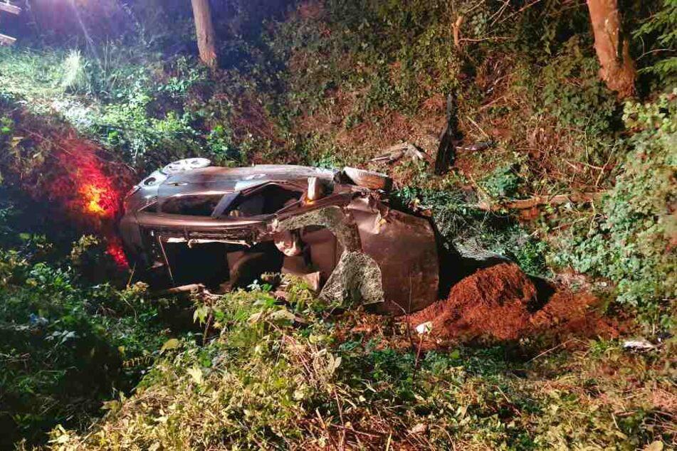 Das Auto des jungen Mannes war über ein Feld gefahren und in einem Bach gegen einen Baum geprallt.