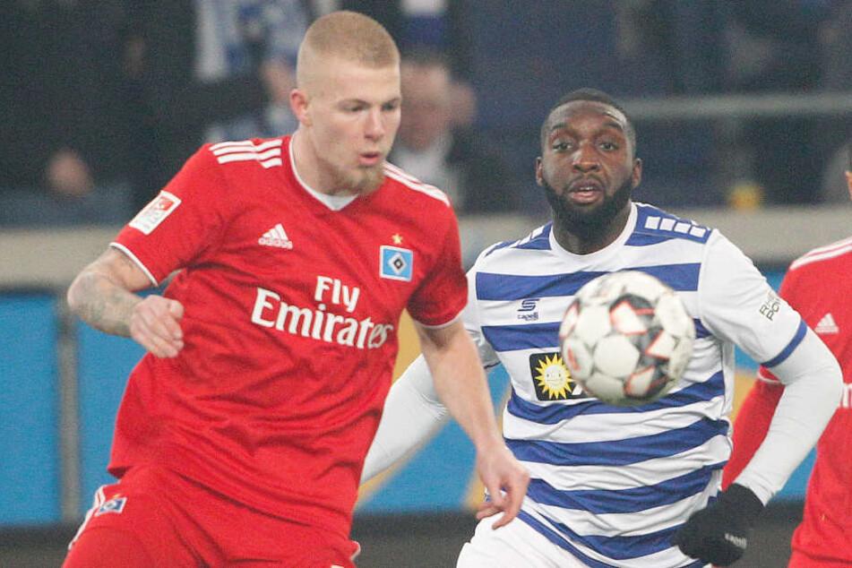 Rick van Drongelen (links) spielte sich in der Hinrunde in der Innenverteidigung des HSV fest.