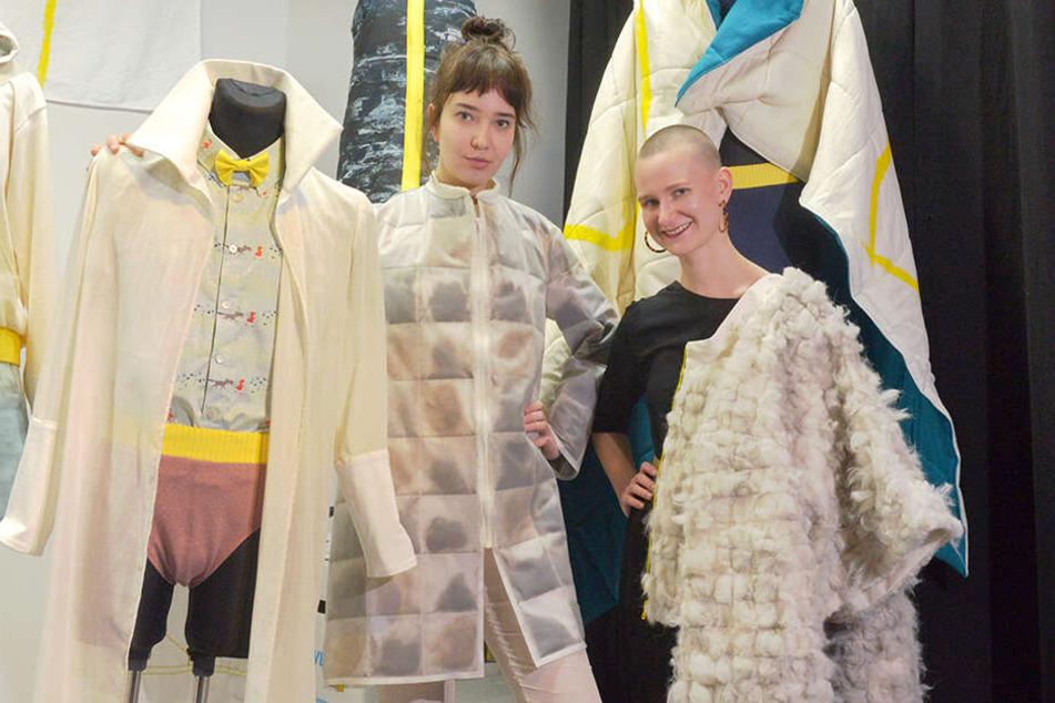 Model Nastasia (22, l.) wird von einer Manteljacke mit Echthaarfüllung gewärmt. Studentin Nadja Herklotz (22) trägt eine Alpaka-Jacke über der Schulter.