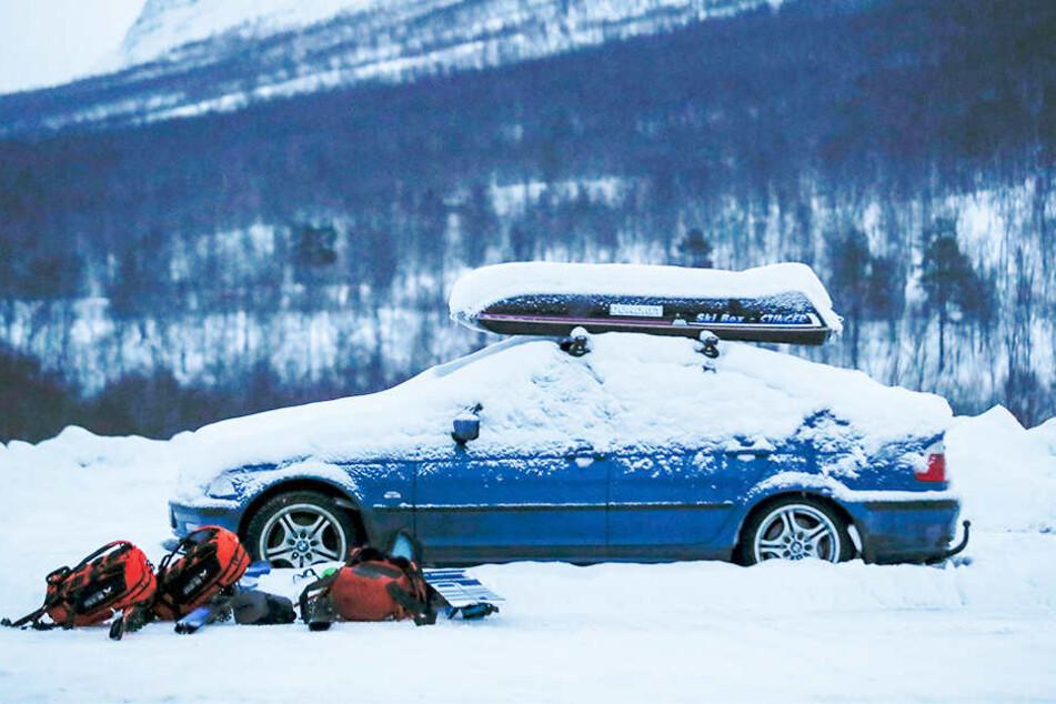 Nach dem Abgang einer Lawine im Norden Norwegens sucht die Polizei weiter nach vier vermissten Skifahrern.