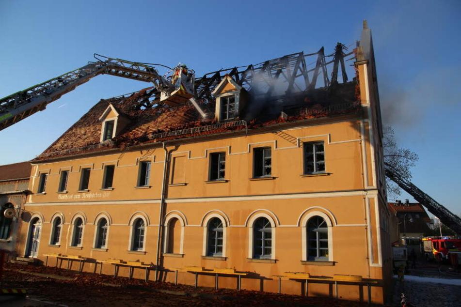 Selbst am Morgen nach dem Brand steigt noch immer Qualm vom Gasthaus auf.