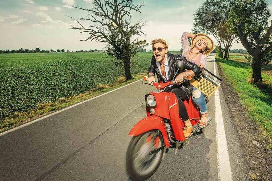 Gute Laune auf dem Motorroller - ein Sinnbild des heißen Sommers. Viele Stars werden zur Premiere der Show erwartet.