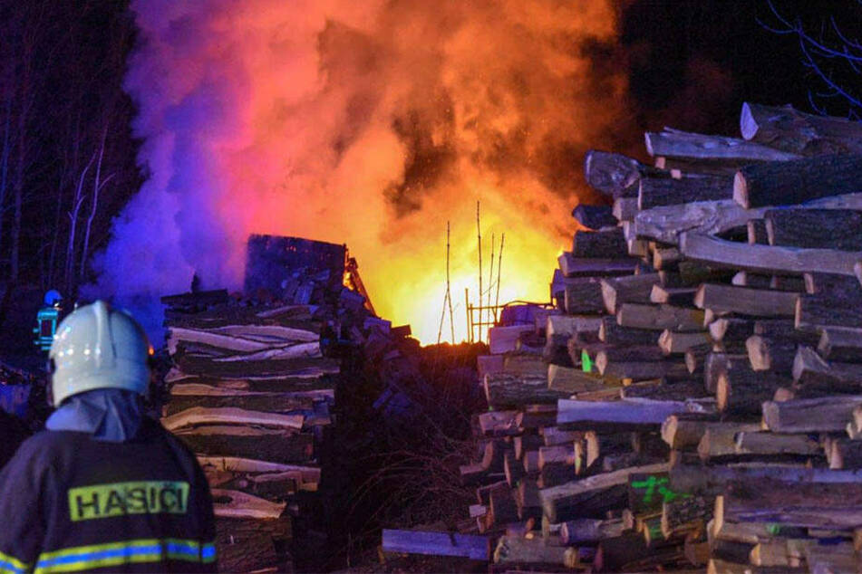 Den Einsatzkräften gelang, das Feuer zu löschen, bevor es sich weiter ausbreitete.